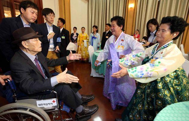 사진은 2015년 10월24일 진행된 이산가족 상봉 행사에서 구상연(98, 왼쪽)씨가 북한에 있는 딸 구송옥(가운데), 구선옥(오른쪽)과 상봉하는