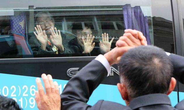 사진은 2015년 10월26일 금강산에서 진행된 사흘 간의 이산가족 상봉 행사를 마친 이금석(93, 왼쪽)씨가 버스 밖에서 작별 인사를 하는 아들 한송일(74)씨에게 손을흔들며 눈물을 흘리는 모습.