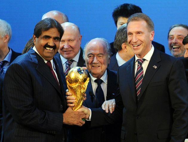 Sepp Blatter mit dem Scheich von Katar, Hamad bin Khalifa Al-Thani (links), bei der Vergabe der WM an...