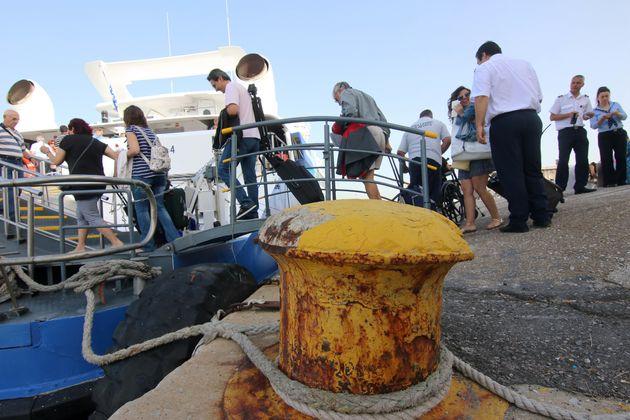 Πρόσκρουση επιβατηγού πλοίου στο λιμάνι της