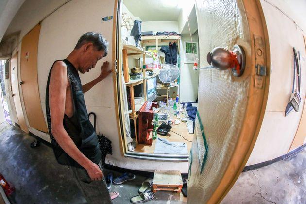서울 용산구 동자동 쪽방촌에 거주하는 노준호(60)씨가 자신의 방으로 들어서는 모습. 2018년 7월30일. (기사 본문 내용과 직접 관련 없는
