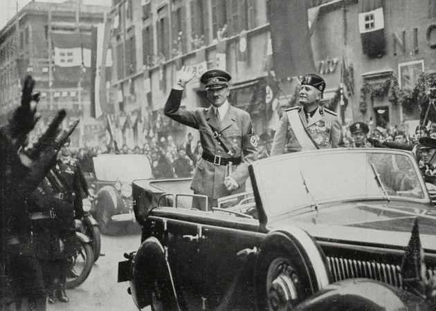 아돌프 히틀러(왼쪽)와 베니토 무솔리니(오른쪽)이 로마 시내에서 카 퍼레이드를 하는 모습. 1938년