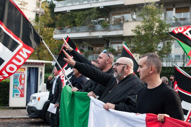 '모든 것은 고국을 위해'라는 시위를 개최한 극우단체 'Forza Nuova(새 질서)'가 파시스트식 인사법을 행하고 있는 모습. 로마, 2017년