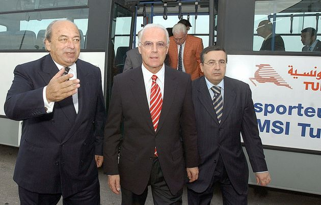 Ici à droite de la photo à côté de Franz Beckenbauer et de Hammouda Ben