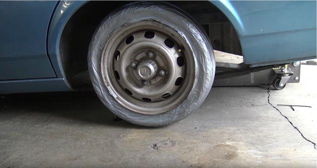 자동차에 타이어 대신 덕테이프를 감고