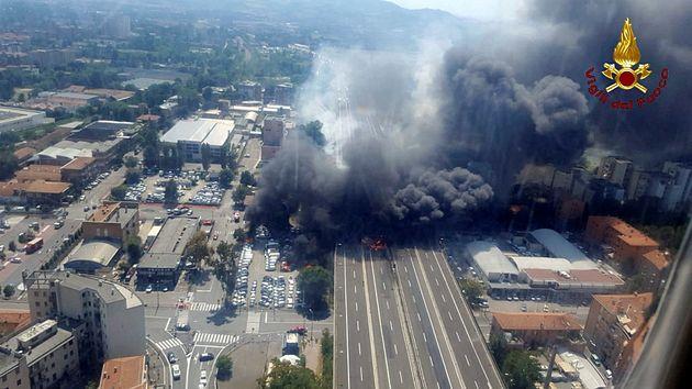 가연성 물질을 실은 트럭 간 충돌 후 일어난 1차 폭발 모습