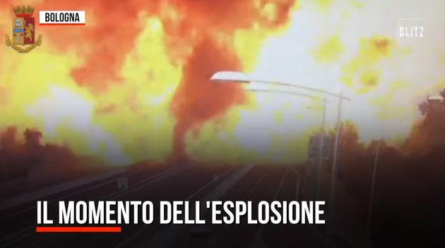 가연성 물질을 실은 트럭 간 충돌 후 일어난 2차 폭발 모습