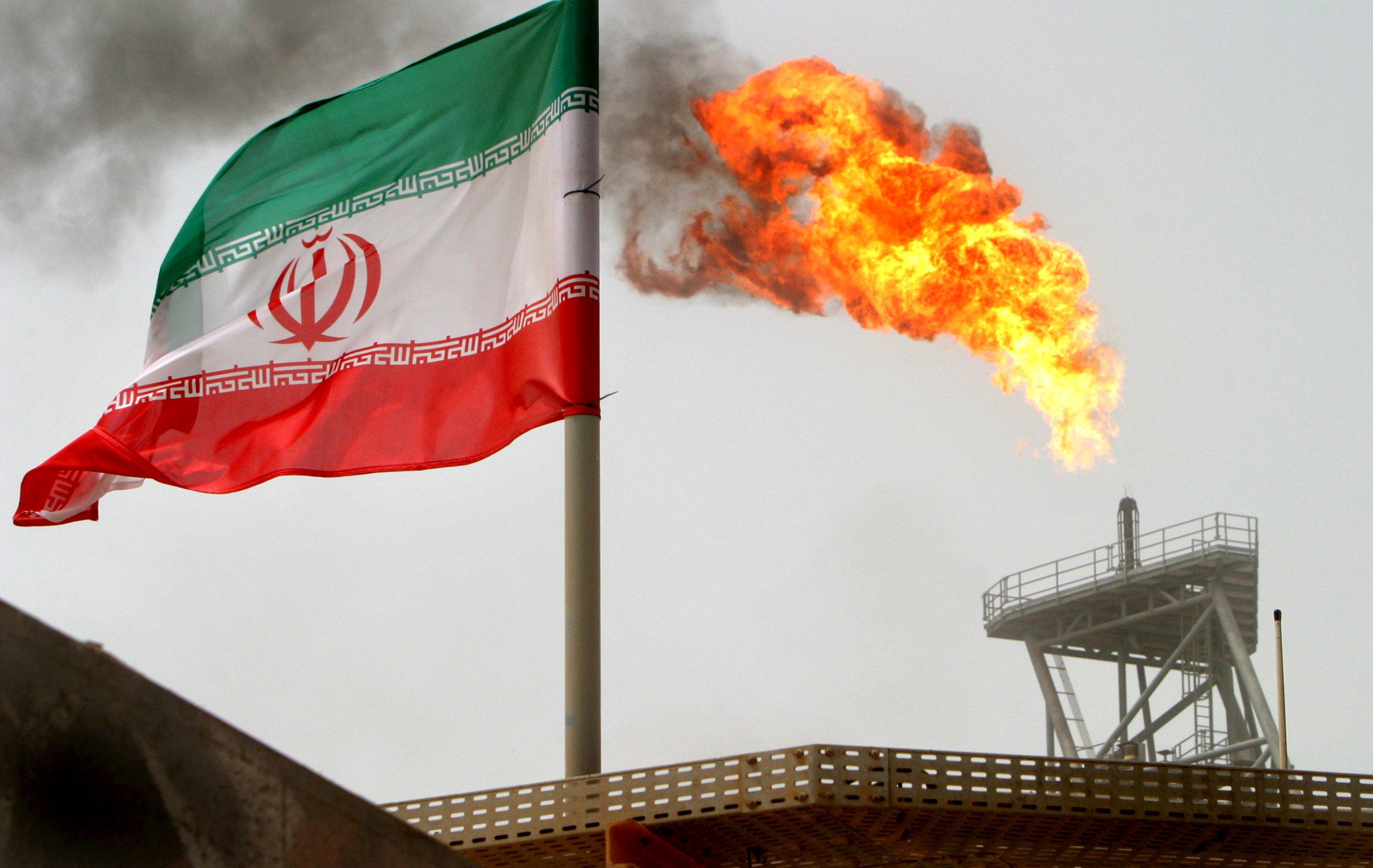 Le pétrole porté par la première vague de sanctions américaines sur