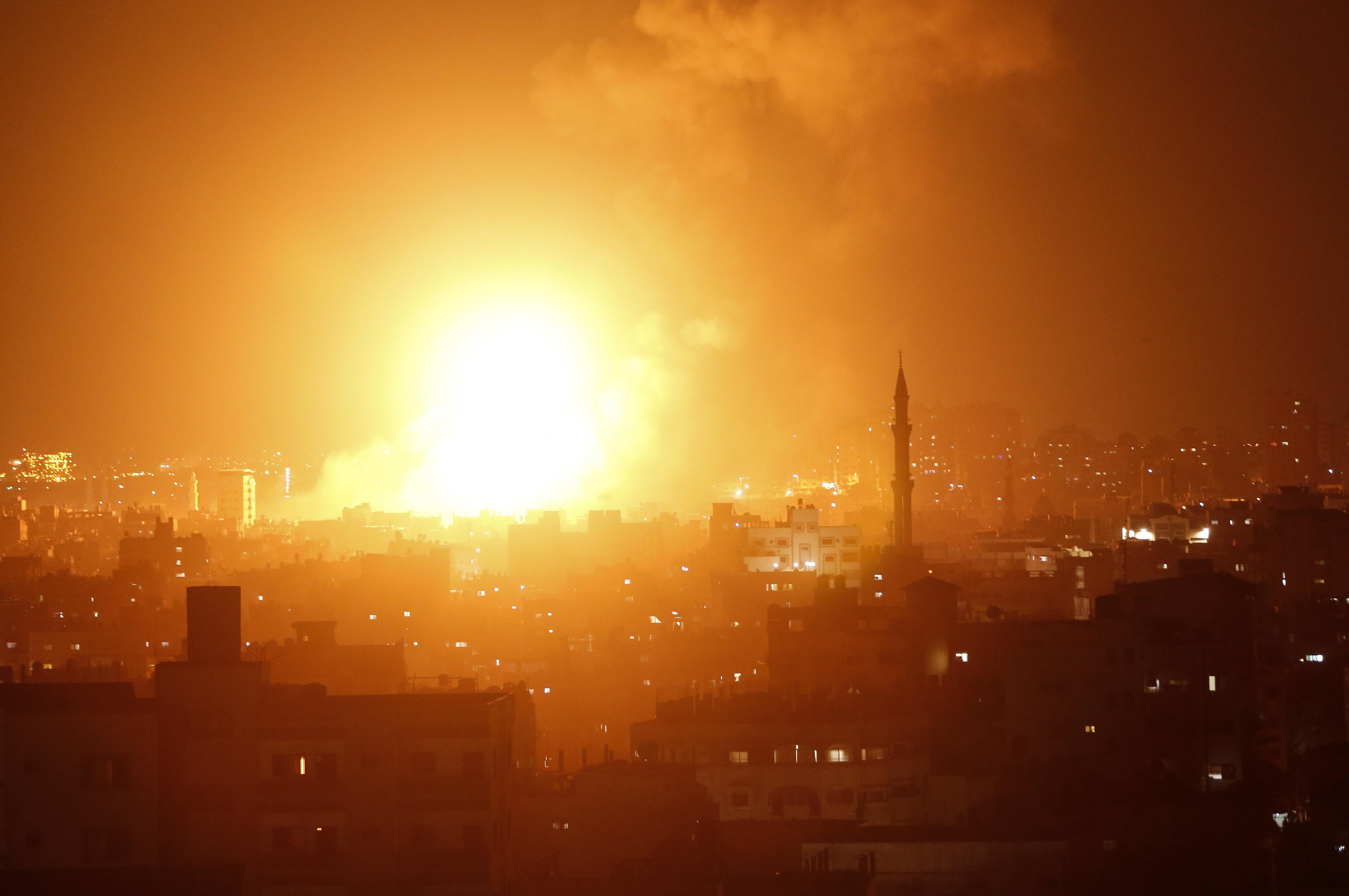 Ρουκέτες η Χαμάς, αεροπορική επιδρομή από το Ισραήλ στη Λωρίδα της Γάζας. Νεκρή μια έγκυος γυναίκα και...