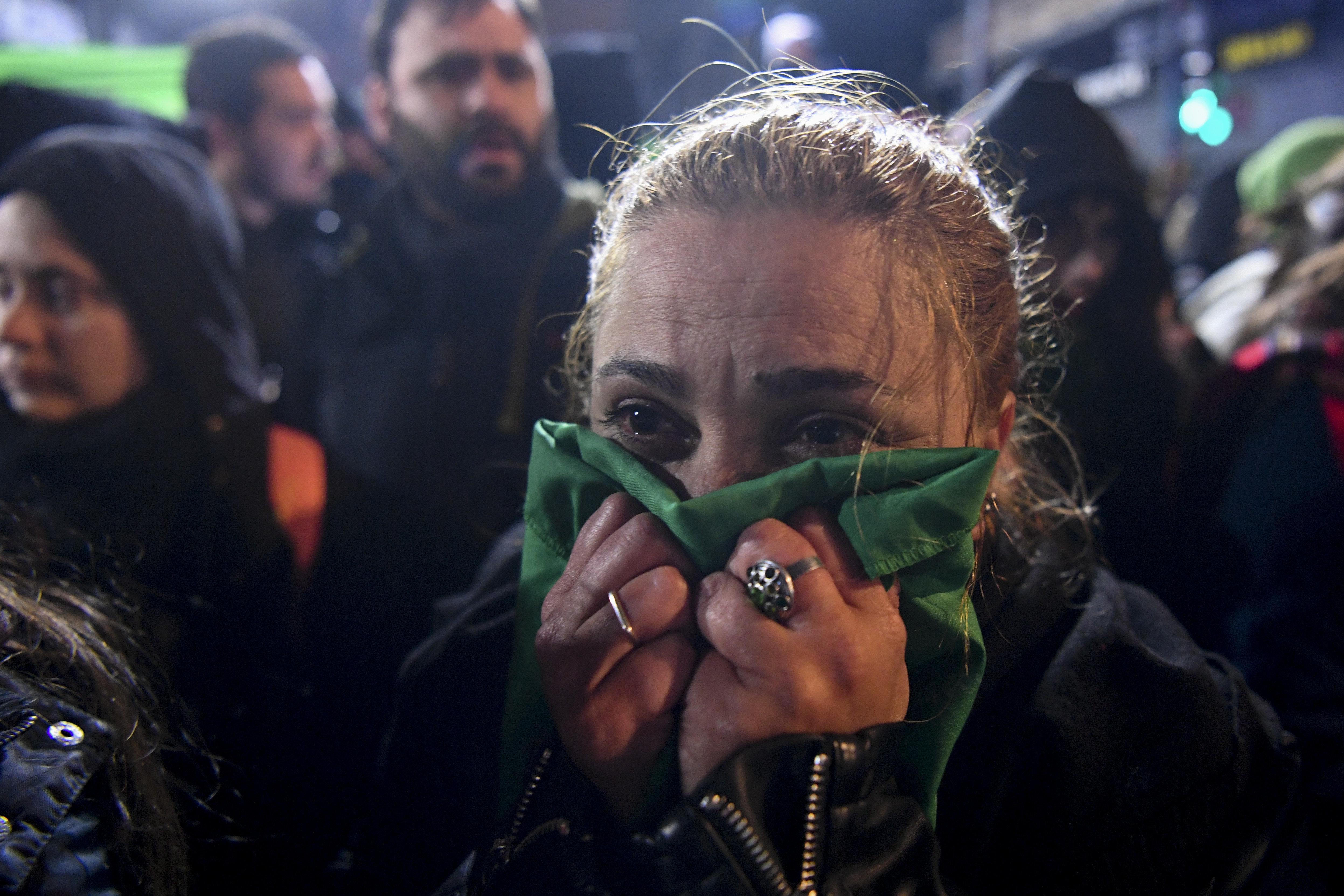 아르헨티나 의회가 16시간 넘는 토론 끝에 '임신중단 합법화' 법안을 부결시켰다