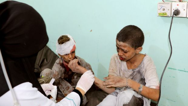 ATTENTION EDITORS - VISUAL COVERAGE OF SCENES OF INJURY OR DEATH A doctor treats children injured by an airstrike in Saada, Yemen August 9, 2018./REUTERS/Naif Rahma      TPX IMAGES OF THE DAY