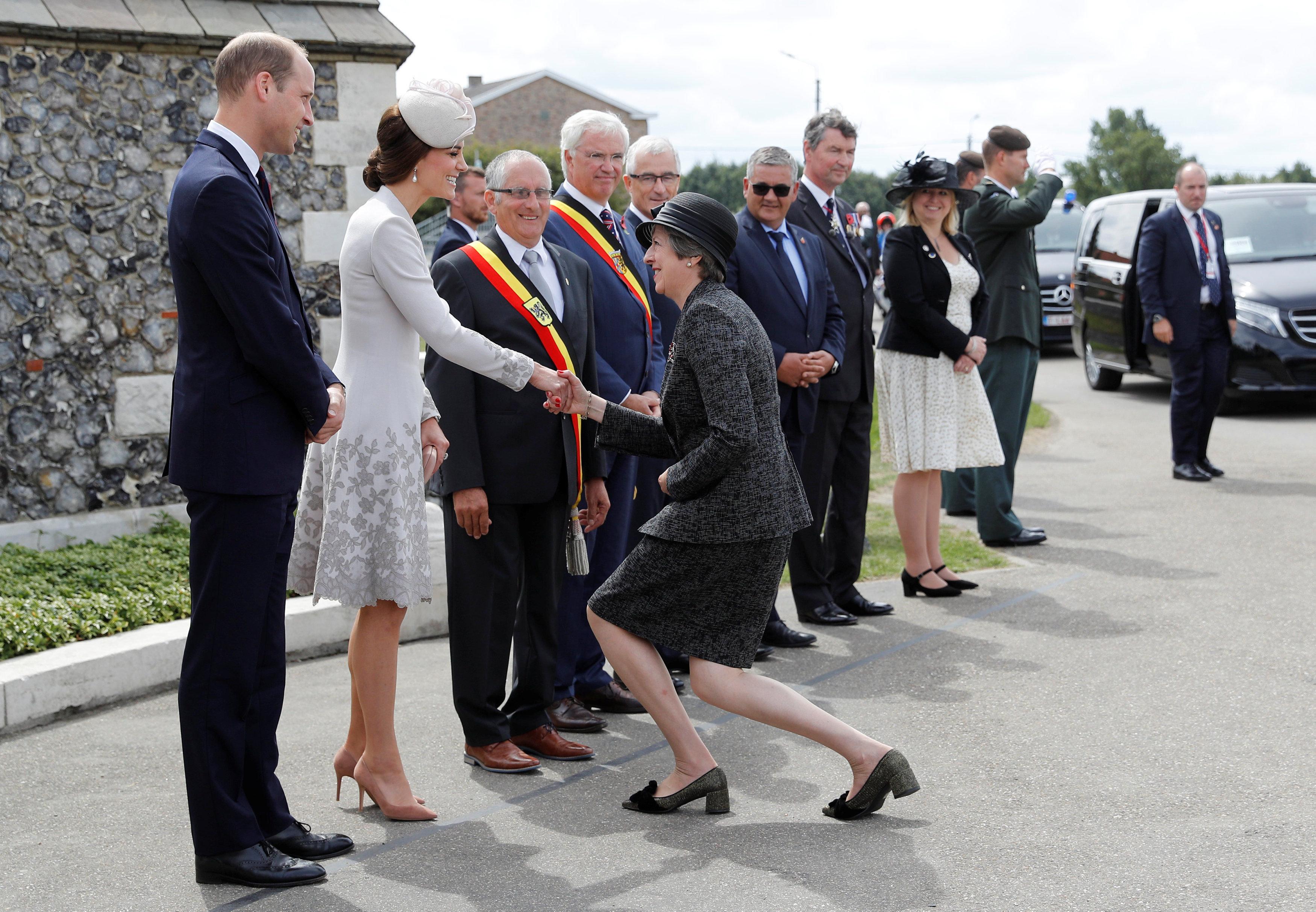 Prinz William empfängt Theresa May – Briten lästern über eine Geste der Premierministerin