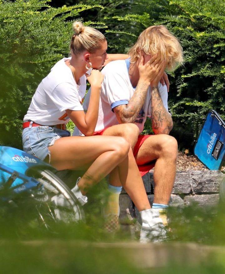 지난 화요일, 뉴욕 맨해튼에서 자전거를 타다 갑자기 길가에서 울음을 터뜨린 비버와 약혼녀 볼드윈