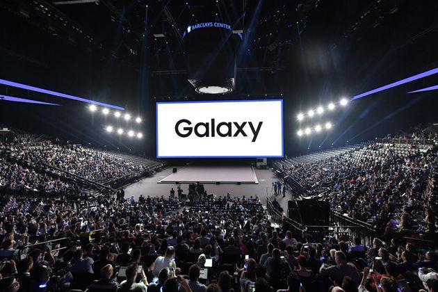 접는 스마트폰 : 삼성전자는 '세계최초' 타이틀을