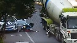 트럭에 치인 이 오토바이 운전자는 헬멧 덕분에