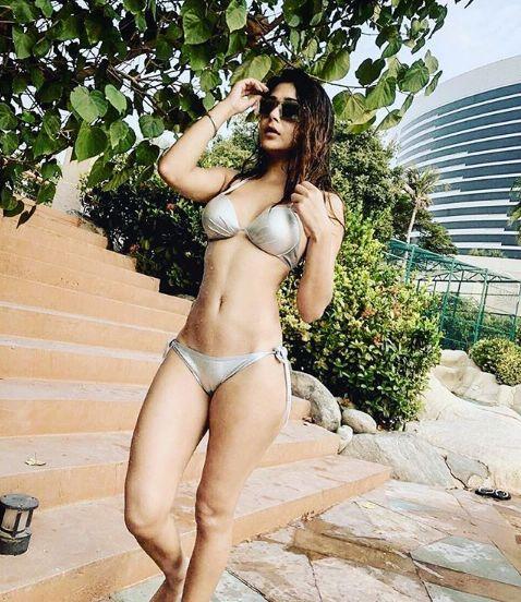 """Une actrice indienne sommée de """"changer de religion"""" après des photos d'elle en bikini"""