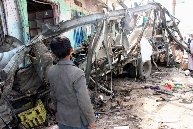 Un enfant regarde le bus détruit par un bombardement de la coalition menée par l'Arabie...