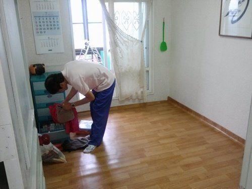 김석중씨가 유품을 정리하고 있다.