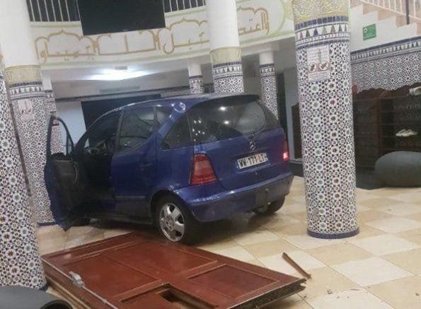 France: Une voiture fonce dans une mosquée, son conducteur en