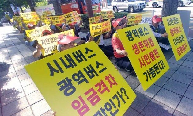 """21일 인천광역버스 운행 중단을 선언한 6개 업체 및 근로자들은 13일 인천시청 앞에서 """"박남춘 시장은 면담 요청에 응하라""""며 시위를 하고"""