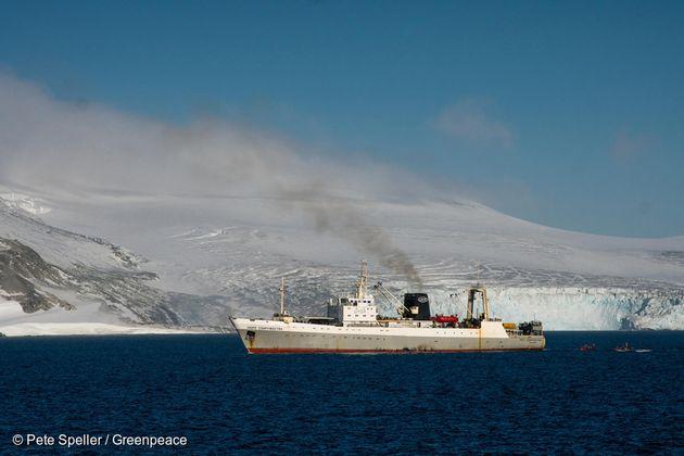 지난 3월 남극 해역에서 크릴 어업 중인