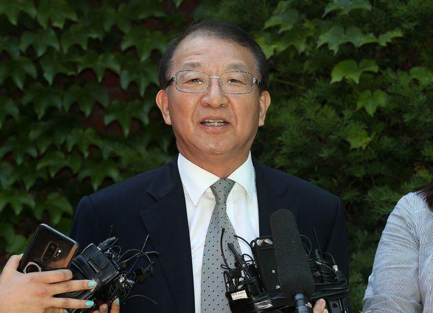 양승태 전 대법원장이 6월 1일 오후 경기도 성남시 자택 인근에서 '재판거래 의혹' 관련 입장을 발표 전 고개숙여 인사를 하고