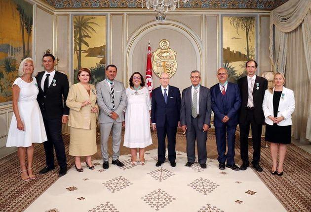 Les membres de la Colibe décorés des insignes de l'Ordre de la République par Béji Caid