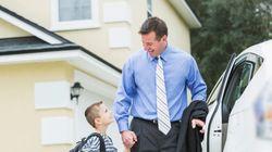 Η διεύθυνση του σχολείου στέλνει επιστολή για απουσίες. Ο πατέρας την επιστρέφει...