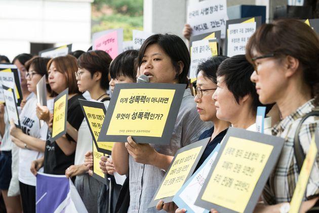 안희정성폭력사건 공동대책위원회 회원들이 14일 서울 마포구 서부지방법원 앞에서 기자회견을 열고 안희전 전 충남지사 무죄 선고를 규탄하고