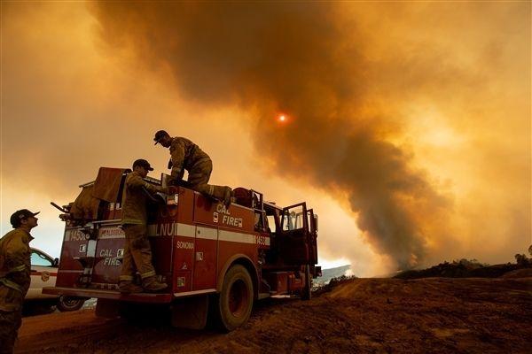 미국 캘리포니아 멘도시노에서 소방관들이 산불을 진압하고 있다. 화재가 번지면서 수천 명의 사람들이 대피했다