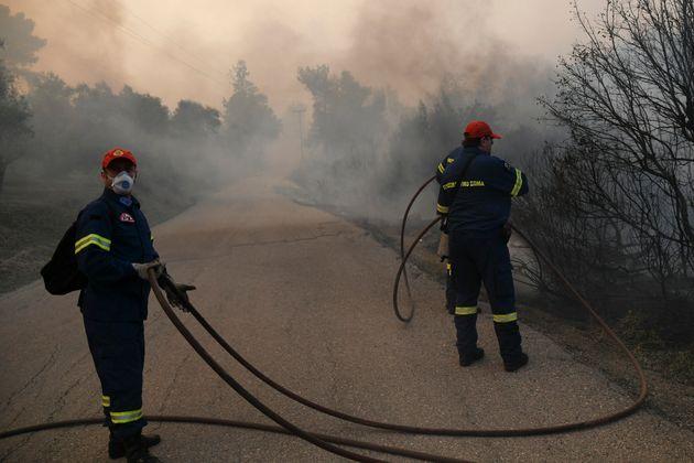 Σε ύφεση παραμένει η πυρκαγιά στην Εύβοια