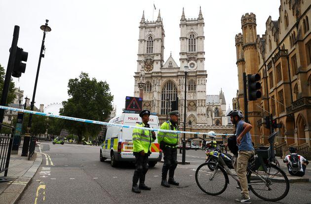 GB: une voiture fonce sur les barrières de sécurité du Parlement, plusieurs