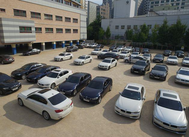 서울 시내의 한 BMW 서비스센터 인근 초등학교 운동장에 리콜 점검을 받으려는 차량들이 주차돼