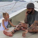 Vater hängt im Urlaub ständig am Handy – seine kleine Tochter greift