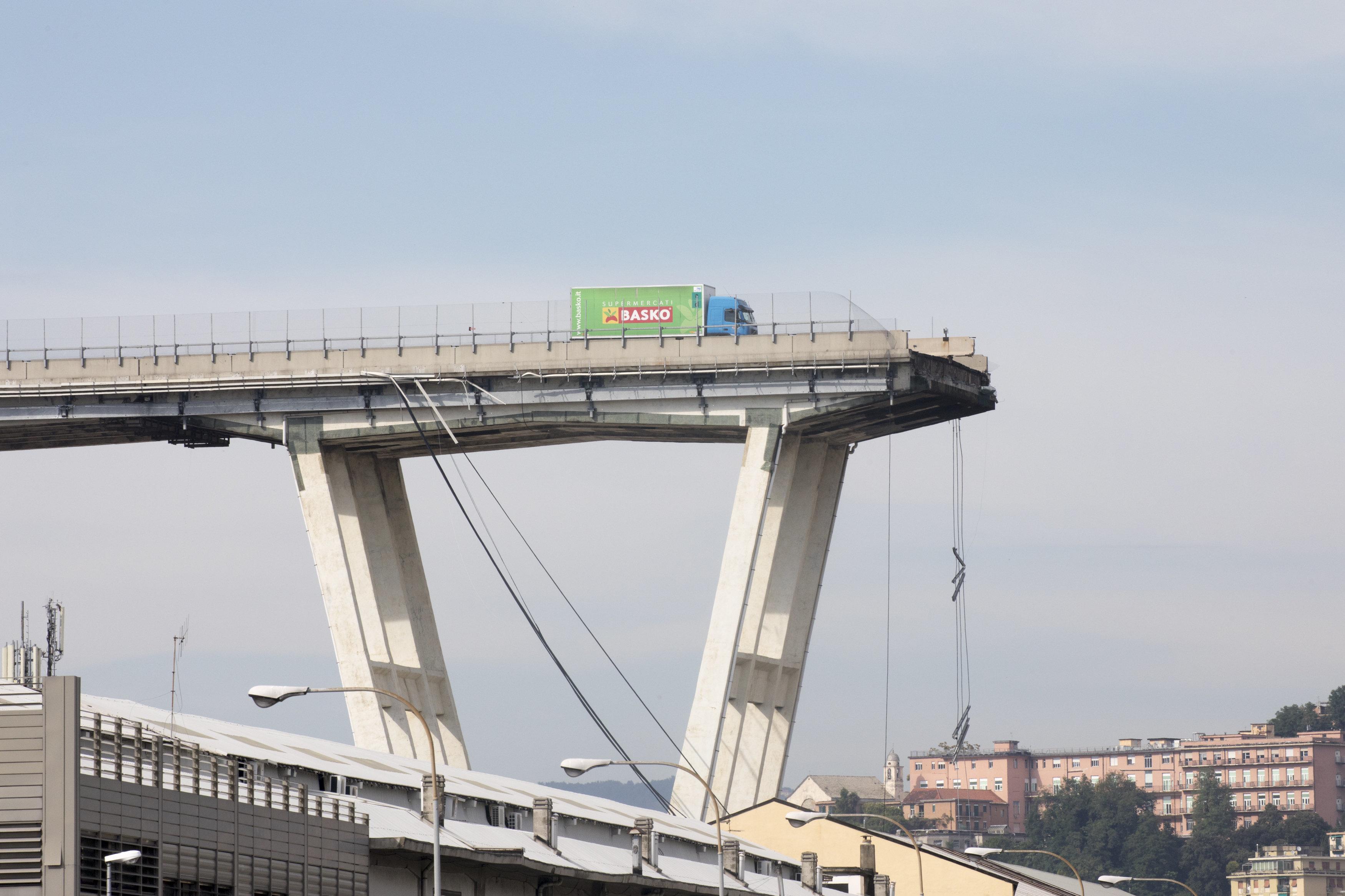 Lkw-Fahrer aus Genau beschreibt, wie vor ihm die Brücke