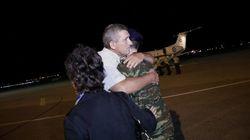 Συγκίνηση και δάκρυα ανακούφισης στο αεροδρόμιο «Μακεδονία» όπου έφτασαν οι Έλληνες