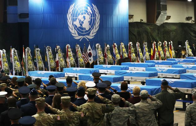 지난 1일 오후 경기도 평택시 주한미공군 오산기지에서 열린 북한으로부터 돌려받은 6.25전쟁 참전 미군 유해 송환식에서 참석자들이 경례를 하고