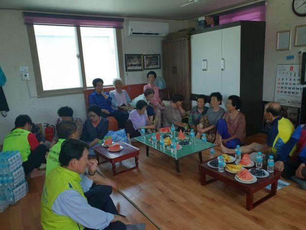 부산 기장군 주민들이 폭염을 피해서 쉼터에서 휴식을 취하고 있다. 이 쉼터는 폭염이 끝날 때까지 24시간