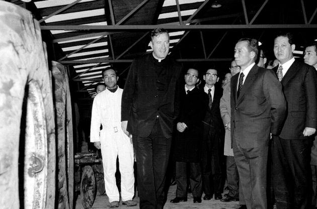 1973년 박정희 대통령이 성이시돌목장을 시찰하던 중 찍힌 임피제 신부의