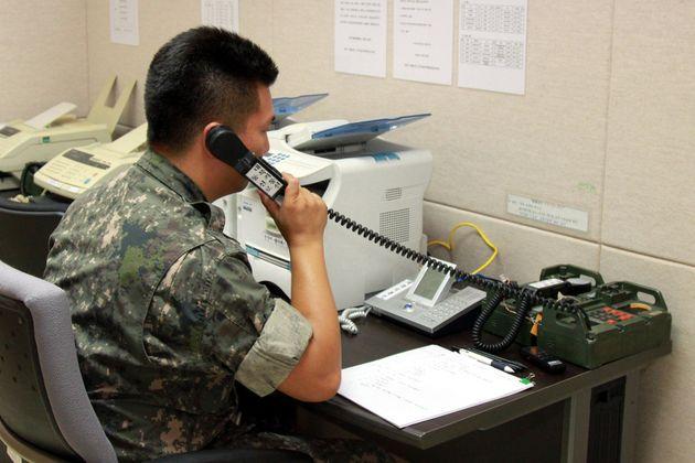 사진은 2013년 9월 6일 군 장병이 서해 군 통신선 시험통화하는