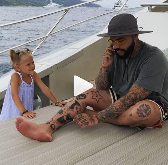 Ο πατέρας αγνοεί την κόρη του για να μιλήσει στο κινητό κι εκείνη παίρνει την καλύτερη