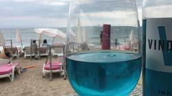 전 세계를 강타하고 있는 이 더위를 물리칠 수 있는 음료는 이 청록색 와인일 수