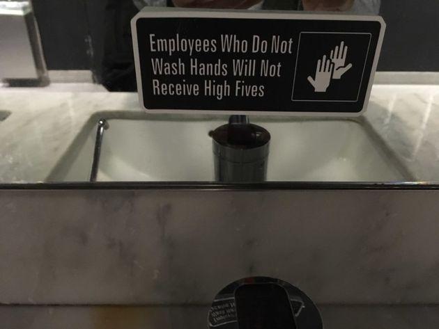 손 씻지 않은 직원들은 하이파이브를 할 수