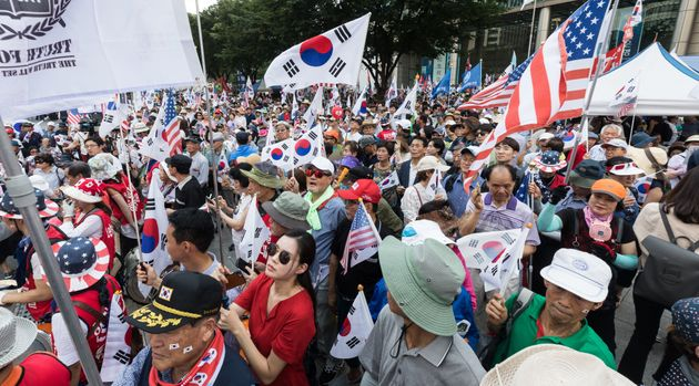 보수단체 회원들이 제73주년 광복절인 15일 서울 광화문네거리에서 문재인 대통령 탄핵촉구 집회를 열고 태극기와 성조기를 흔들고