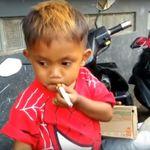두살배기 아이가 하루에 담배 두 갑을 피우게 된 슬픈