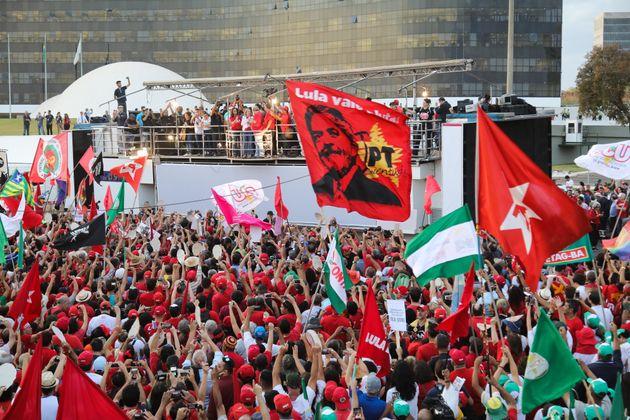 Des manifestants lors d'une marche pour la libération de l'ex-président brésilien...
