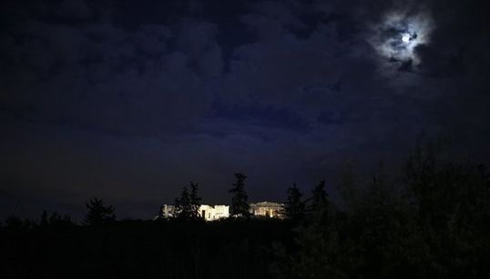 Μέχρι τη νύχτα του Δεκαπενταύγουστου ο λόφος του Φιλοπάππου μετρούσε τραυματίες.Από την Κυριακή μετρά τον πρώτο