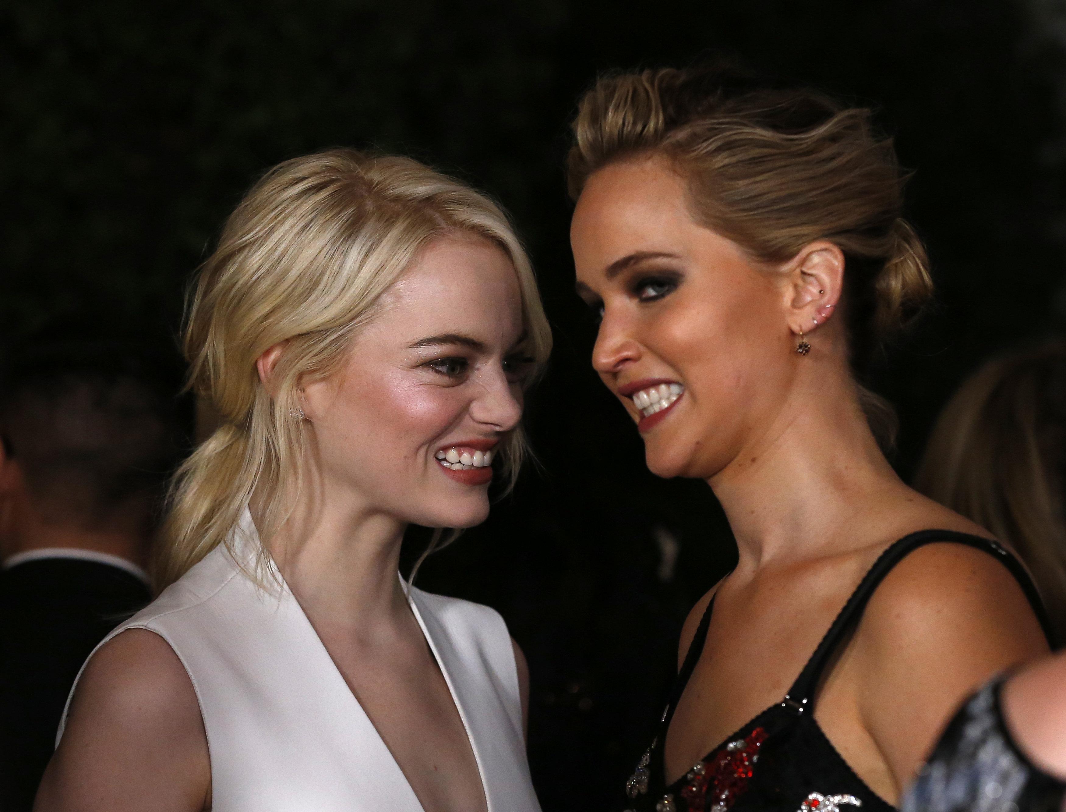 Η Έμμα Στόουν φωτογραφίζεται για την Elle και δίνει συνέντευξη στην κολλητή της, Τζένιφερ