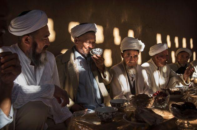 중국 신장위구르자치구 투루판에서 이슬람 최대 축제 중 하나인 이드 알 아드하(Eid al-Adha)에 맞춰 위구르인 노인들이 음식을 나누고 있다. 2016년
