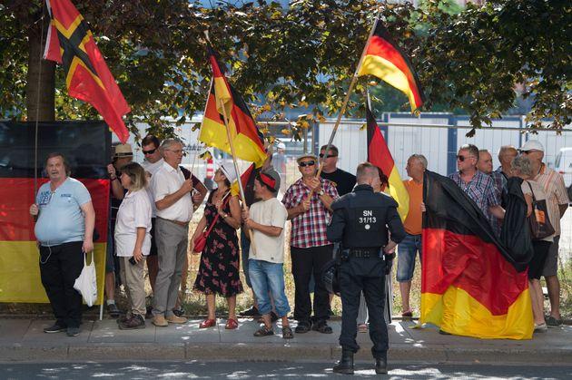 Teilnehmer einer Demonstration der islamfeindlichen Pegida-Bewegung demonstrieren gegen Bundeskanzlerin...